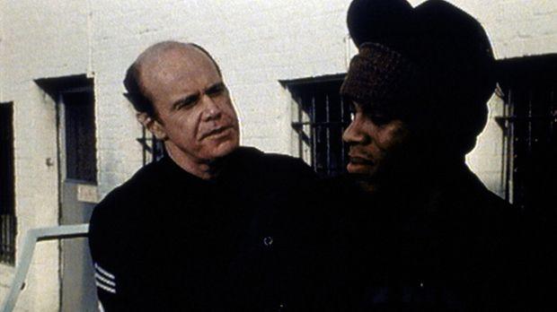 Frank (Kenneth Kimmins, l.) bringt Albert (Guy Killum, r.) in eine ausweglose...