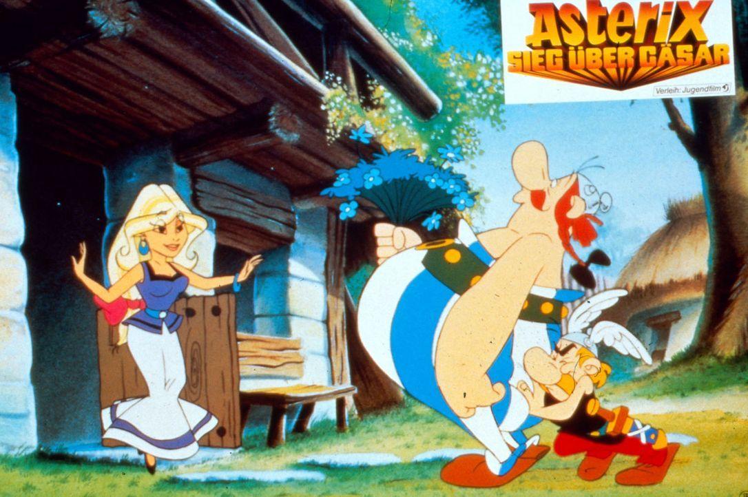 Asterix (r.) muss seinem verliebten Freund Obelix (M.) Mut zusprechen, damit der sich traut, der schöne Falbala (l.) sein Geschenk zu überreichen... - Bildquelle: Jugendfilm-Verleih GmbH