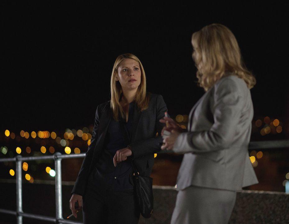 Zurück in Islamabad versucht Carrie (Claire Danes, l.) alles, um mit Aayan in Kontakt zu treten. Doch wird es ihr gelingen, ohne, dass Botschafterin... - Bildquelle: 2014 Twentieth Century Fox Film Corporation