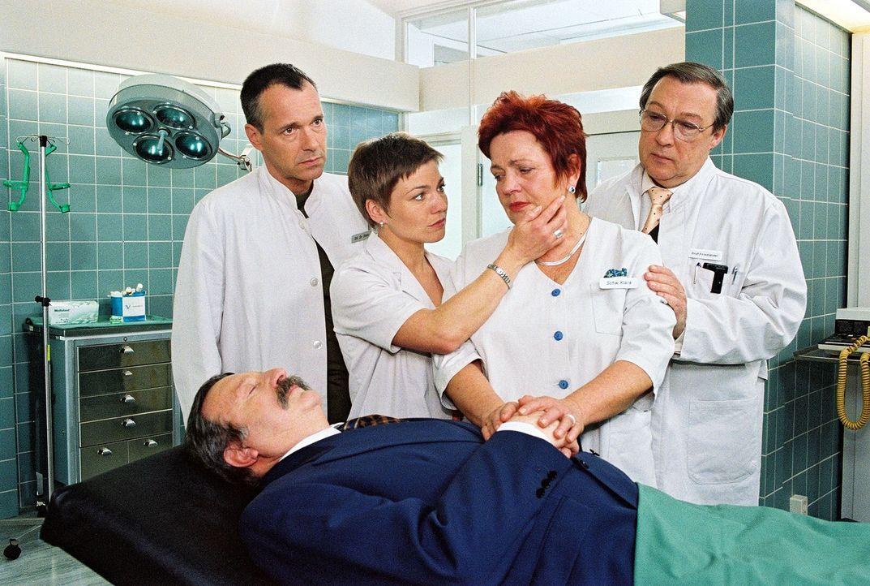 Dr. Stein (Christoph Schobesberger, l.), Stephanie (Claudia Schmutzler, 2.v.l.) und Professor Friedländer (Jaecki Schwarz, r.) versuchen Klara (Walf... - Bildquelle: Noreen Flynn Sat.1