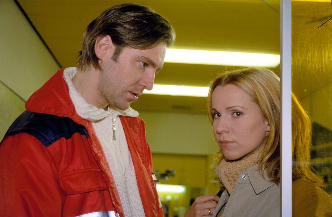Martin (Nicki von Tempelhoff, l.) kümmert sich immer weniger um seine Frau Loreen (Doris Schretzmayer, r.) und seine kleine Tochter und bemerkt nich... - Bildquelle: Spitz Sat.1