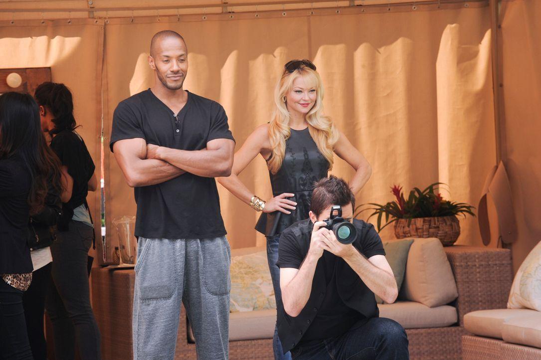 Sind ausgerechnet Olivia (Charlotte Ross, r.) und Derek (McKinley Freeman, l.) diejenigen, die Ahsha bei dem extrem schweren Fotoshooting behilflich... - Bildquelle: 2013 Starz Entertainment LLC, All rights reserved