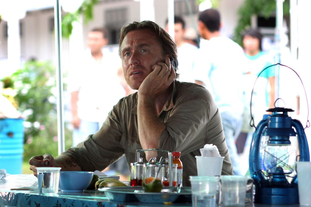 Außerhalb von Pukhet entdecken Nick (Tim Roth) und Chai, dass Opfer ohne Identifikation vernichtet werden. Weil Chai sich weigert, Fotos von den Tot... - Bildquelle: Kerry Brown 2006 Home Box Office Inc. All Rights Reserved.