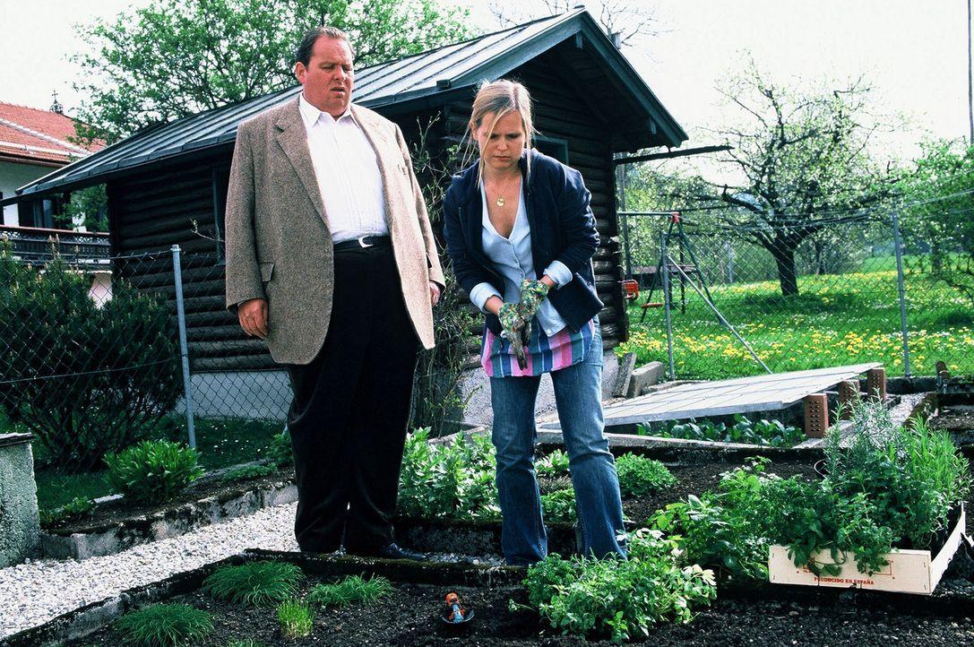 Benno (Ottfried Fischer, l.) erzählt Regula (Bojana Golenac, r.) von Liebnitz' Verhaftung und verdächtigt auch sie ... - Bildquelle: Magdalena Mate Sat.1