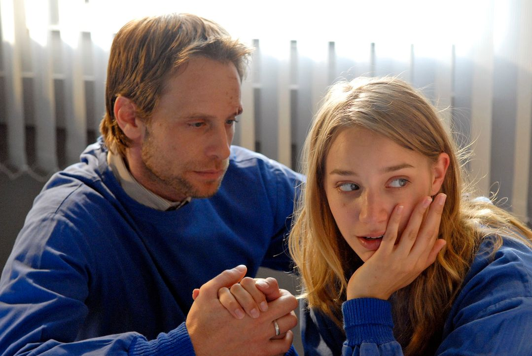 Philip (Julian Weigend, l.) und Franka (Jytte-Merle Böhrnsen, r.) bangen um Timo, der im Koma liegt. - Bildquelle: Christoph Assmann Sat.1