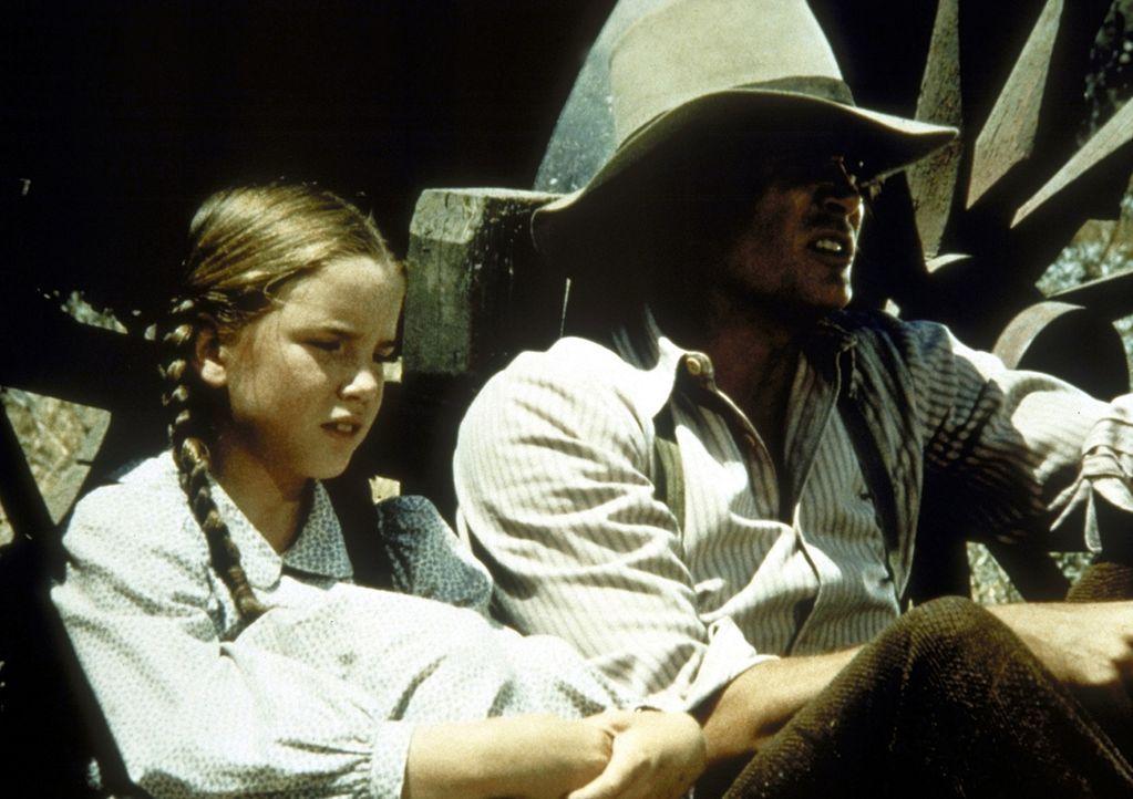 Laura (Melissa Gilbert, l.) und Charles (Michael Landon, r.) unterhalten sich über Amos Pike. - Bildquelle: Worldvision
