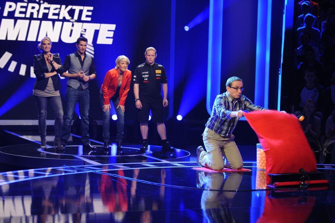 """Die perfekte Minute"": Ulla Kock am Brink (M.), Britt Hagedorn (l.), Stefan Gödde (2.v.l.), Wigald Boning (r.) und Joey Kelly (2.v.r.) ... - Bildquelle: SAT.1"