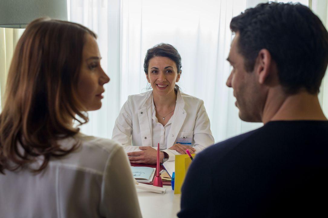 Frau Dr. Sina (Ilknur Boyraz, M.) macht Fe (Nadeshda Brennicke, l.) und Mark (Tobias Oertel, r.) klar, dass jetzt Ruhe angesagt ist. Für Fe ist dies... - Bildquelle: Claudius Pflug SAT.1