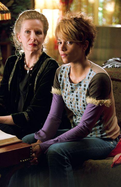 Ophelia Powers (Frances Conroy, l.) hat eine spirituelle, ägyptische Katze. Dass diese Patience Phillips (Halle Berry, r.) zum Leben erweckt und sie... - Bildquelle: Warner Bros. Television