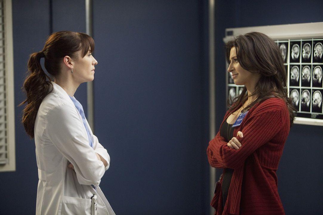 Üben für den 90-Sekunden-Eingriff an Erica: Lexie (Chyler Leigh, l.) und Amelia (Caterina Scorsone, r.) ... - Bildquelle: ABC Studios