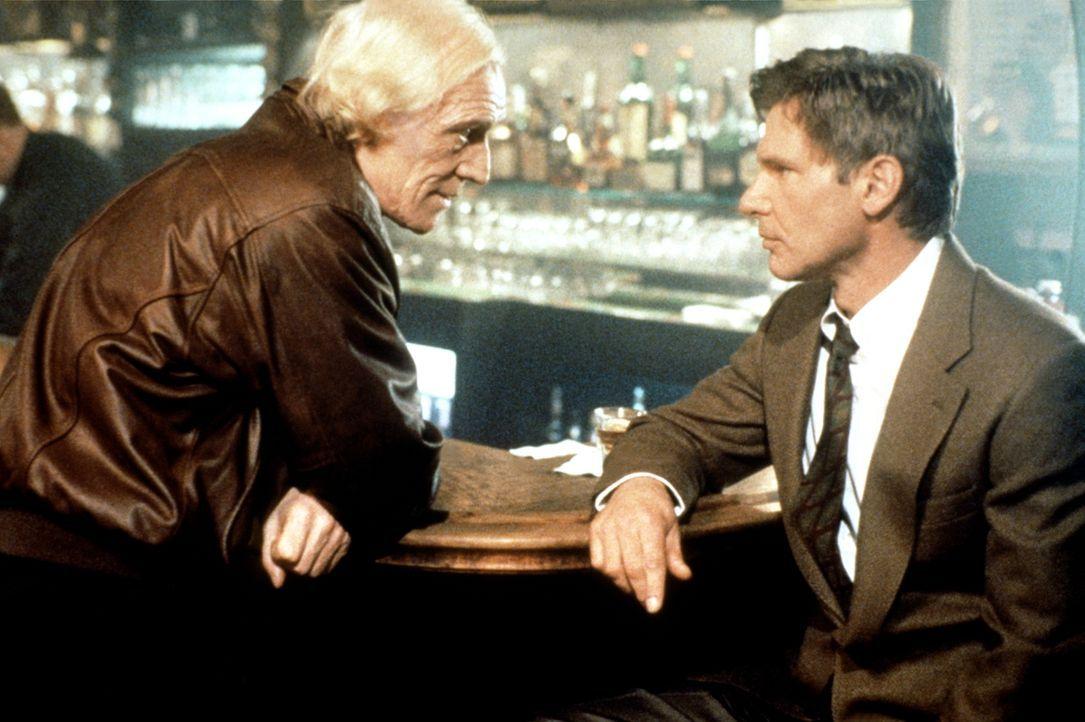 Der irische Aktivist Paddy O'Neil (Richard Harris, l.) gibt Jack Ryan (Harrison Ford, r.) den entscheidenden Tipp ... - Bildquelle: Paramount Pictures