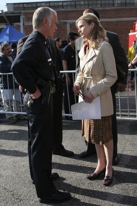Wird zu einem Tatort gerufen: Deputy Chief Brenda Leigh Johnson (Kyra Sedgwick, r.) ... - Bildquelle: Warner Brothers
