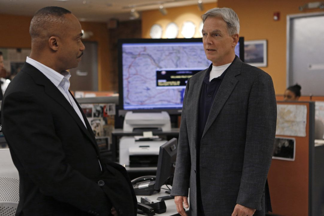 Während Gibbs (Mark Harmon, r.) und sein Team in einem neuen Fall ermitteln, stößt Leon Vance (Rocky Carroll, l.) auf Papiere und ein Schließfach vo... - Bildquelle: CBS Television