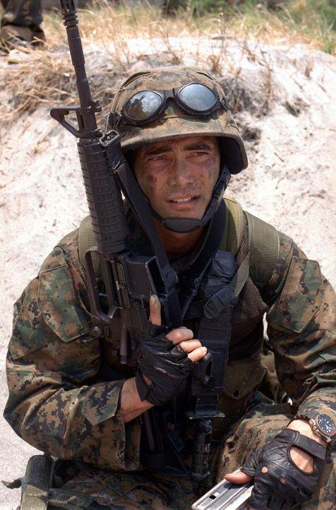 """Als der amerikanische Helikopter """"Eagle One"""" mitten im philippinischen Dschungel abstürzt, schickt General Lewis seinen besten Mann los, um die Über... - Bildquelle: 2005 The Pacific Trust. All Rights Reserved."""