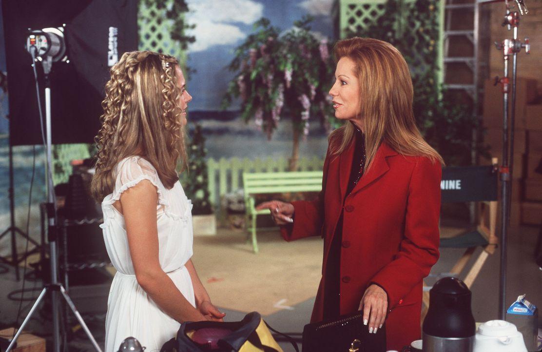 Deidre Adams (Kathie Lee Gifford, r.) lebt nur für die Karriere ihrer Tochter (Maggie Lawson, l.) - und regelt deshalb deren Leben bis ins letzte D... - Bildquelle: Buena Vista Television