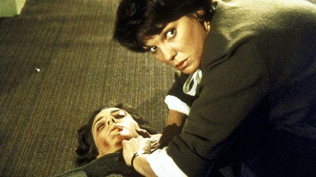 Lacey (Tyne Daly, r.) kümmert sich um die verletzte Kollegin Diana (Talia Bal...