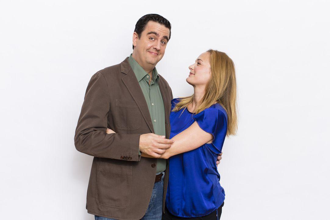 Wenn er sie nicht hätte, sähe sein Leben viel grauer aus: Bastian (Bastian Pastewka, l.) mit seiner wundervollen Freundin Anne (Sonsee Neu). - Bildquelle: Frank Dicks SAT.1