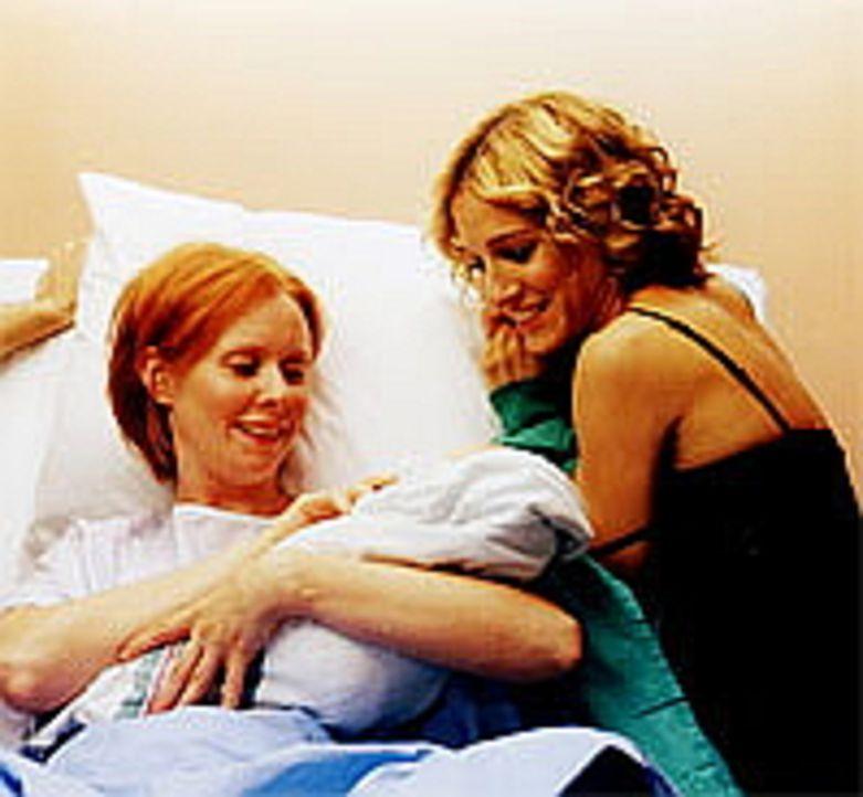 Die stolze Mutter, Miranda (Cynthia Nixon, l.), und die glückliche Freundin, Carrie (Sarah Jessica Parker, r.), bewundern den kleinen Brady. - Bildquelle: Paramount Pictures