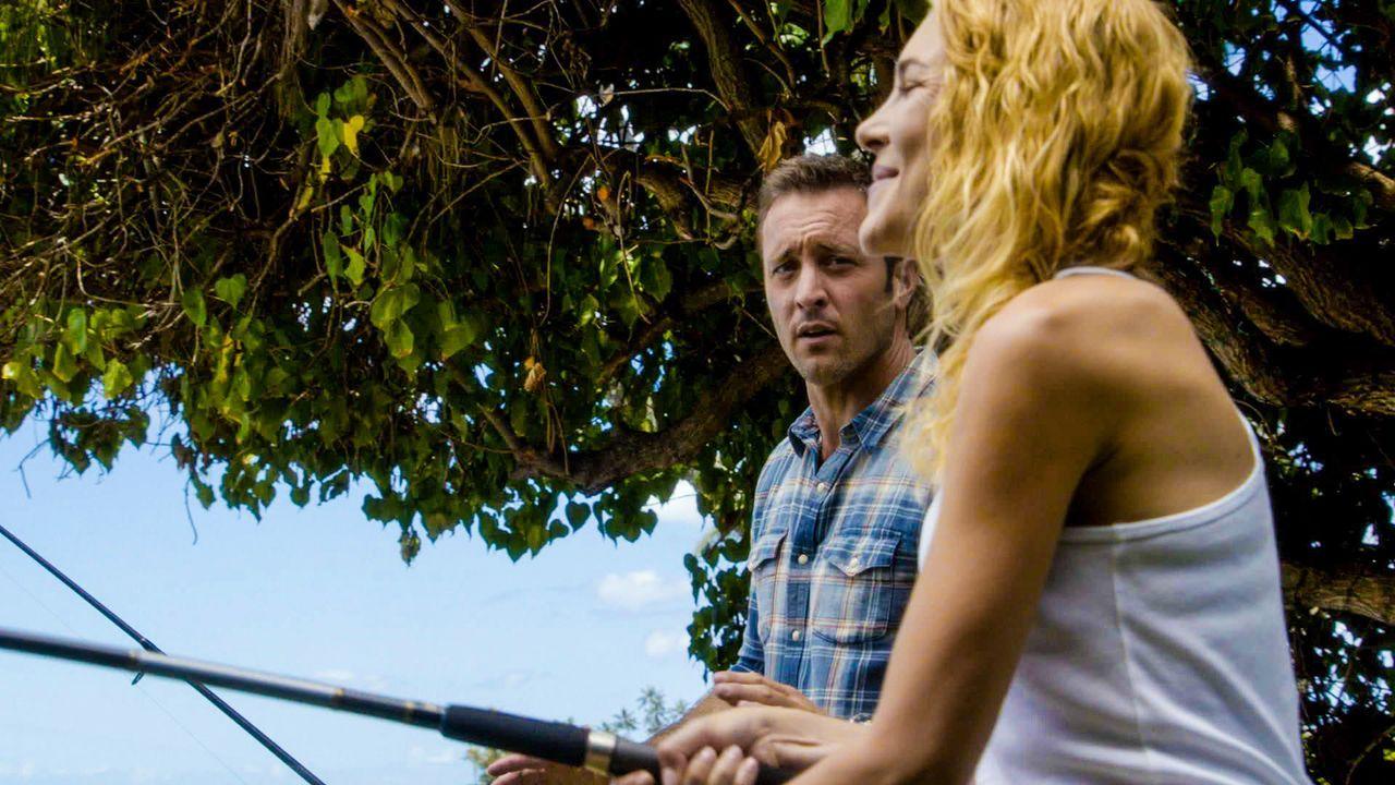 Was ist zwischen Steve (Alex O'Loughlin, l.) und Ellie Clayton (Mirrah Foulkes, r.)? - Bildquelle: 2014 CBS Broadcasting Inc. All Rights Reserved.