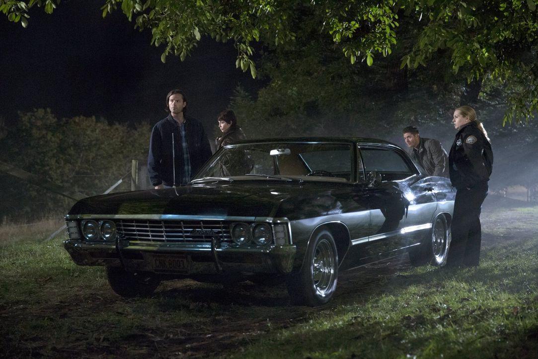 Eigentlich hatten Sam (Jared Padalecki, l.), Jody (Kim Rhodes, 2.v.l.) und Dean (Jensen Ackles, 2.v.r.) vor, Donna (Briana Buckmaster, r.) aus den E... - Bildquelle: 2016 Warner Brothers