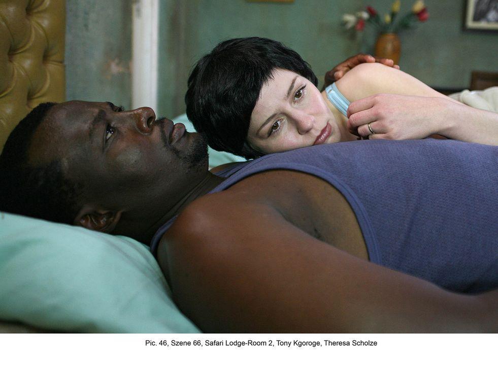 Um Frank zu retten, gibt es nur einen Weg: Marisa (Theresa Scholze, r.) muss sich mit Hilfe von Biko (Tony Kgoroge, l.) in die Hände der Entführer b... - Bildquelle: Boris Guderjahn ProSieben