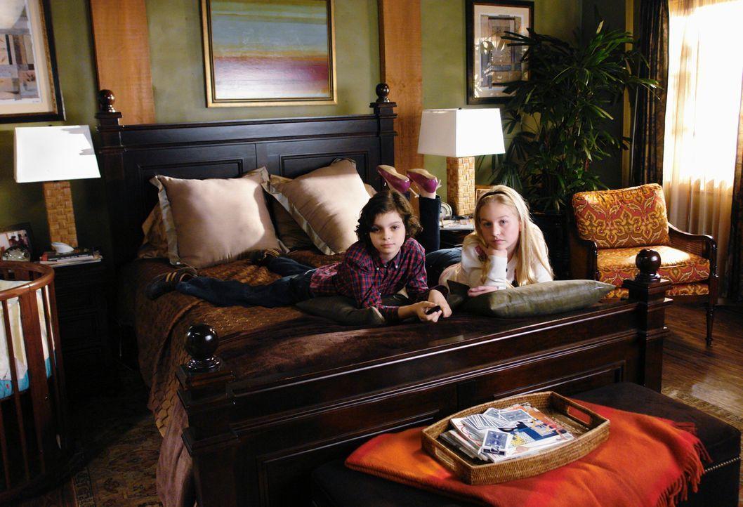 Sind gespannt, was ihnen ihr Vater mitzuteilen hat: Jack (Max Burkholder, l.) und Sophie (Justine Dorsey, r.) - Bildquelle: 2008 ABC INC.