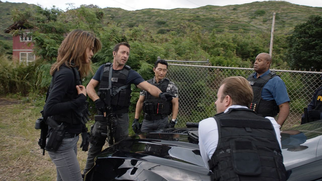 Ein neuer Fall wartet auf das Five-O Team: Steve (Alex O'Loughlin, 2.v.l.), Danny (Scott Caan, 2.v.r.), Kono (Grace Park, l.), Chin (Daniel Dae Kim,... - Bildquelle: 2016 CBS Broadcasting, Inc. All Rights Reserved