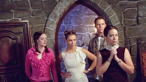 Leo (Brian Krause, 2.v.r.) ermutigt Paige (Rose McGowan, l.), in die Vergange...
