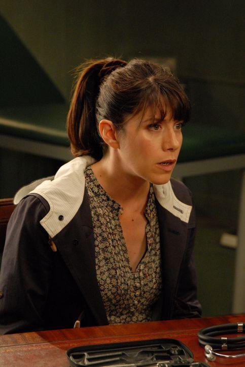 Louisa (Caroline Catz) kann es nicht glauben: Nachdem sie Martin gebeten hat, auf den kleinen James aufzupassen, überlässt dieser der Apothekerin Mr... - Bildquelle: BUFFALO PICTURES/ITV
