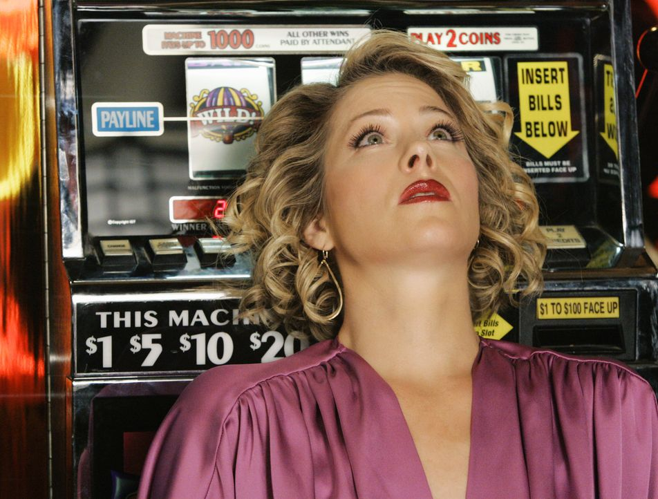 Kommt in finanzielle Schwierigkeiten, als sie in Las Vegas einem Würfelspiel nicht widerstehen kann: Samantha (Christina Applegate) ... - Bildquelle: 2008 American Broadcasting Companies, Inc. All rights reserved.
