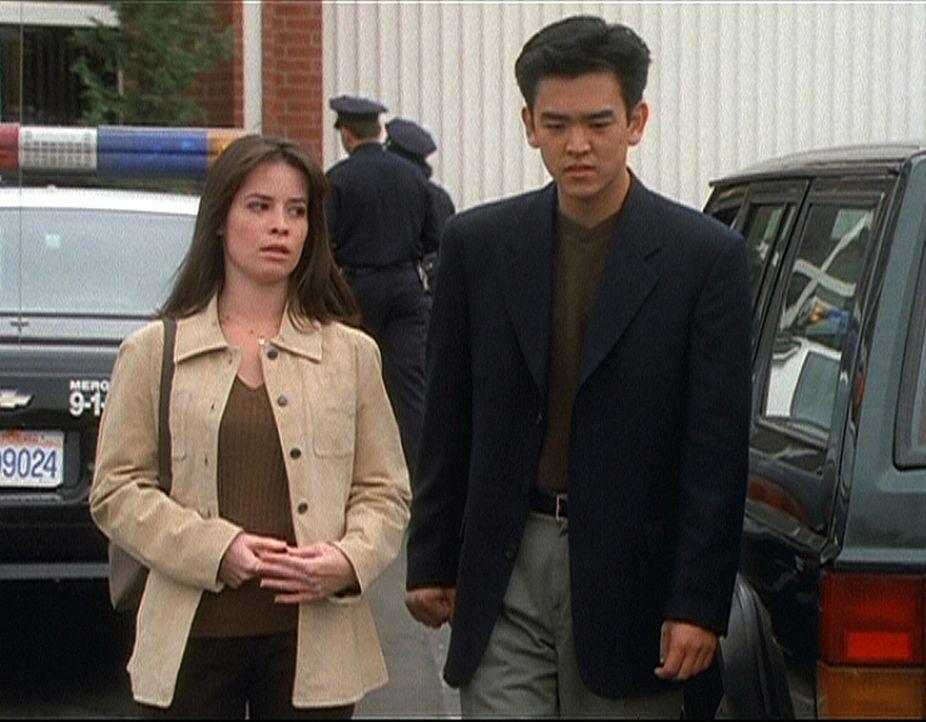 Wenn Piper (Holly Marie Combs, l.) doch nur wüsste, wie sie Mark Choa (John Cho, r.) helfen kann. Er ist ein Geist und weiß, dass seine Leiche bal... - Bildquelle: Paramount Pictures