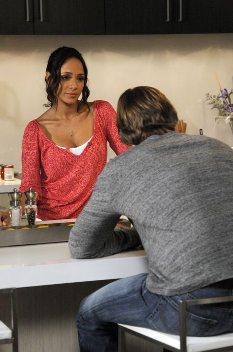 Peri glaubt, dass Spence (Grant Show, r.) eine Affäre hat und bittet Rosie (Dania Ramirez, l.) um ihre Unterstützung. Doch kann sie damit rechnen? - Bildquelle: ABC Studios