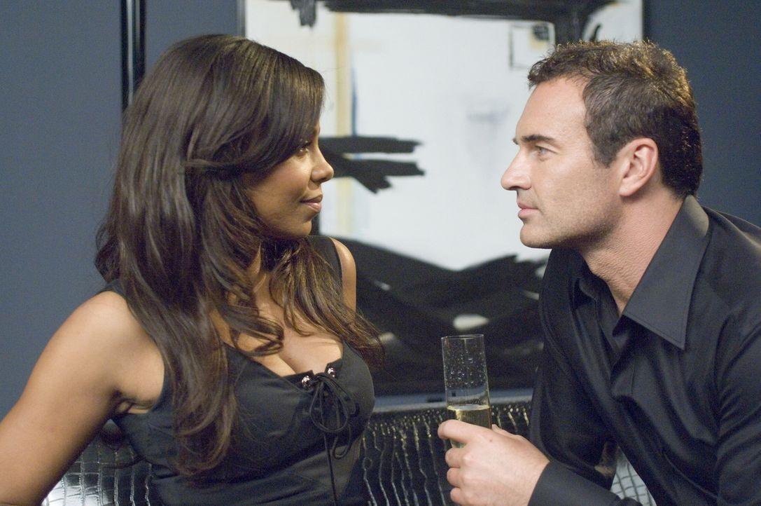 Christian (Julian McMahon, r.) versucht, bei der neuen Chefin Michelle (Sanaa Lathan, l.) zu landen. Doch er hat nicht den gewünschten Erfolg ... - Bildquelle: TM and   2004 Warner Bros. Entertainment Inc. All Rights Reserved.
