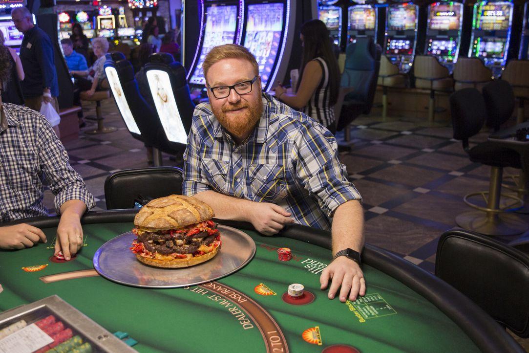 """Food-Fanatiker Josh Denny stattet dem """"Ellis Island Casino"""" in Las Vegas einen Besuch ab ... - Bildquelle: John Michael Cooper 2017, Television Food Network, G.P. All Rights Reserved."""