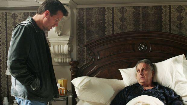 Mike Delfino (James Denton, l.) besucht den im Sterben liegenden Noah Taylor...