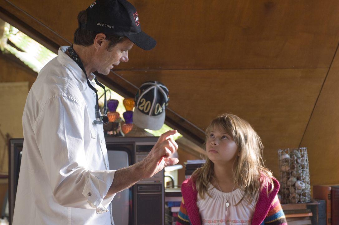 Regisseur Will Geiger, l. und seine kleine Hauptdarstellerin Bindi Irwin, r. - Bildquelle: 2009 Warner Brothers