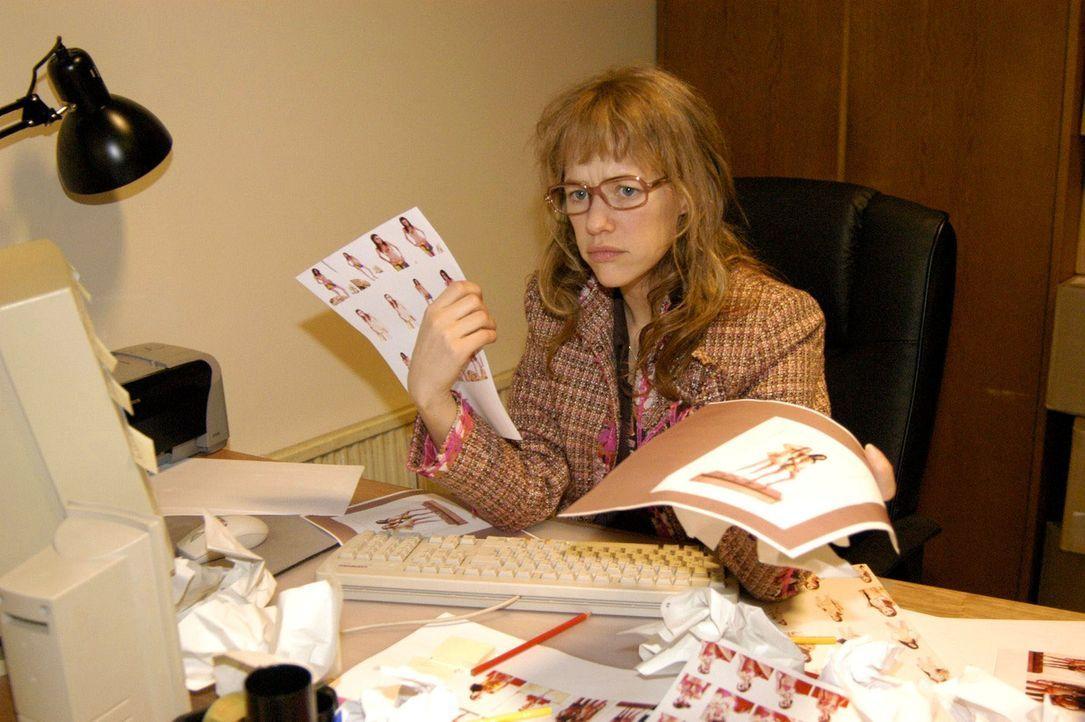 Lisa (Alexandra Neldel) ist völlig verzweifelt: Da Sabrina ihr wichtige Informationen vorenthalten hat, muss sie über Nacht eine wichtige Präsent... - Bildquelle: Sat.1