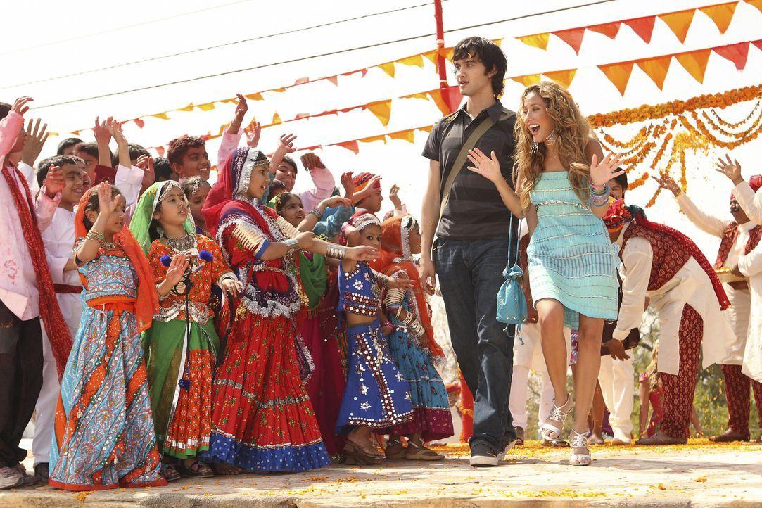 Amar führt Vik (Michael Steger, l.) und Chanel (Adrienne Bailon, r.) in seine Heimatstadt, die schöner ist als jede Bollywood Filmkulisse ... - Bildquelle: Disney - ABC - ESPN Television