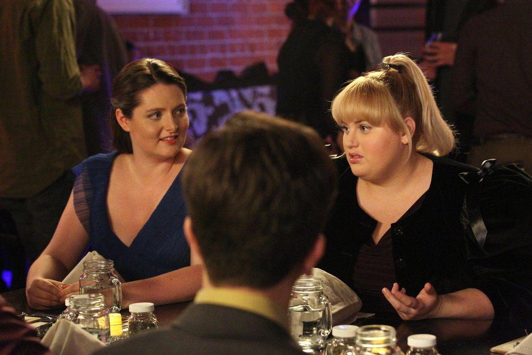 Marika (Lauren Ash, l.) hat sich von Freundin Kimmie (Rebel Wilson, r.) zum Online-Dating überreden lassen und erfährt nun, dass Kimmie bei ihren Pe... - Bildquelle: Warner Brothers