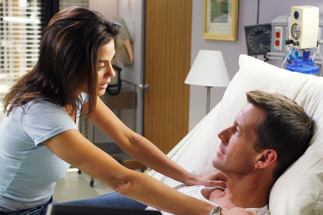 Susan (Teri Hatcher, l.) ist entsetzt, als ihr Mike (James Denton, r.) sagt, dass er sich nicht an sie erinnern kann ... - Bildquelle: 2005 Touchstone Television  All Rights Reserved