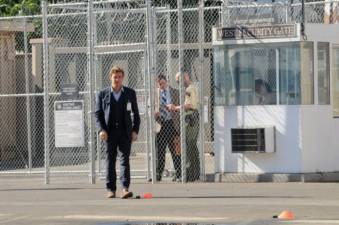 """Ein Mörder kann Patrick Jane (Simon Baker) dafür gewinnen, seine Unschuld zu beweisen. Dafür gibt er ihm im Gegenzug Informationen über """"Red Joh... - Bildquelle: Warner Bros. Television"""