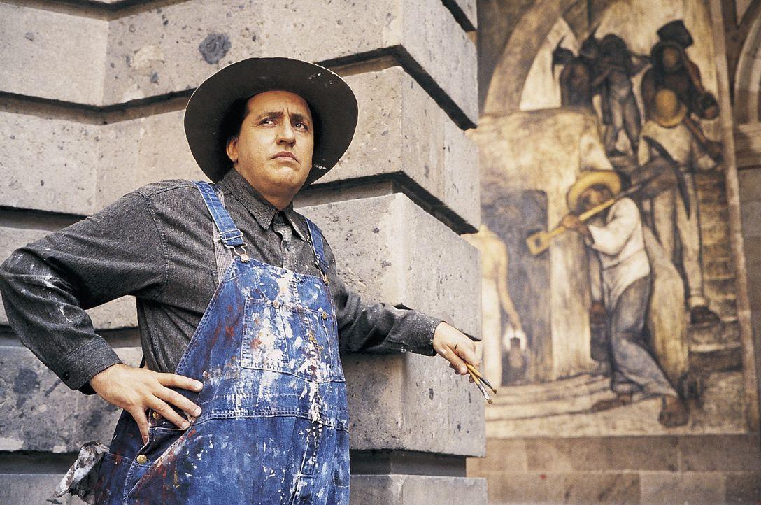 Nachdem Frida mühsam wieder gelernt hat zu laufen, präsentiert sie ihr Werk dem berühmten Maler Diego Rivera (Alfred Molina) und bittet ihn um ei... - Bildquelle: Buena Vista International