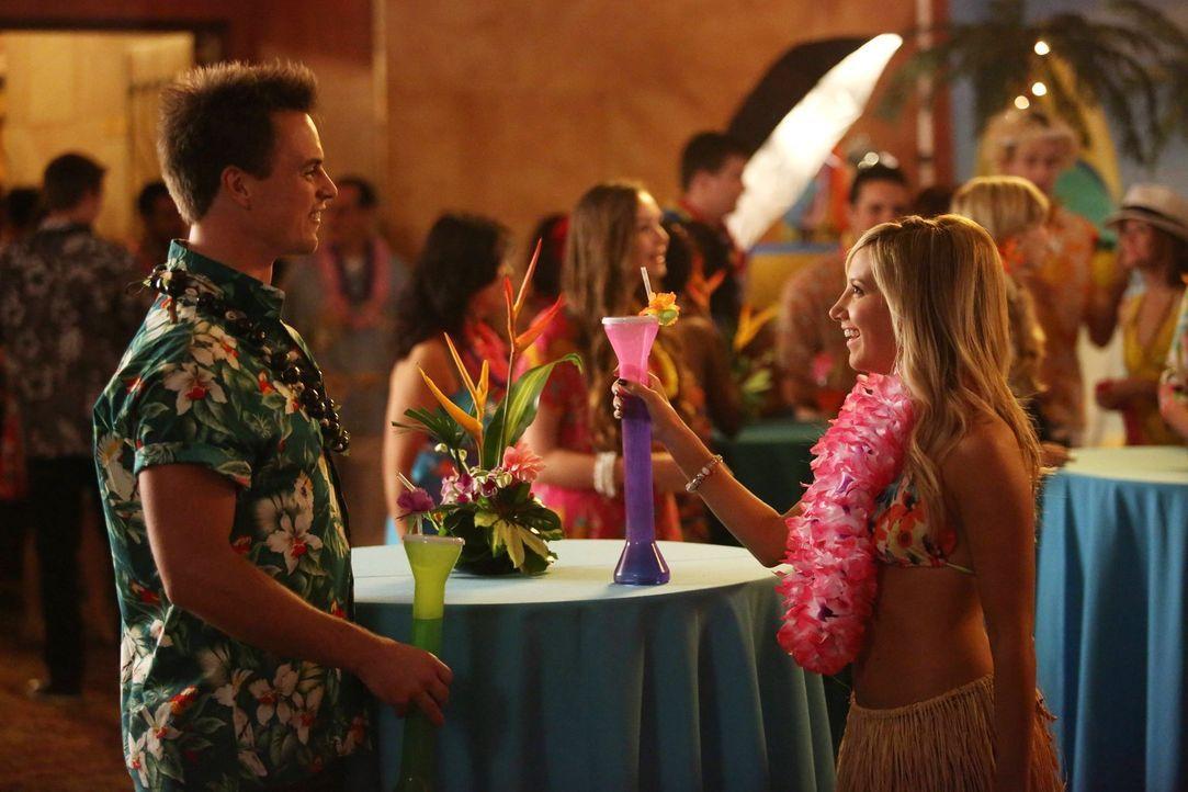 Während Jazmine (Ashley Tisdale, r.) und Jason (Darin Brooks, l.) glücklich verlobt sind, ist ihre Schwester Kimmie immer noch hoffnungsloser Single... - Bildquelle: Warner Brothers