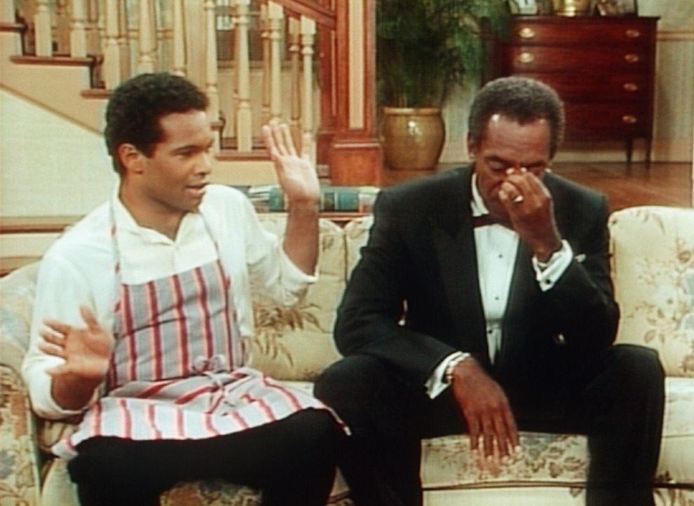 Obwohl Cliff (Bill Cosby, r.) Elvin (Geoffrey Owens, l.) immer wieder gute Ratschläge gibt, tritt der immer wieder ins Fettnäpfchen. - Bildquelle: Viacom