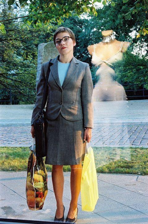 Anna (Claudia Schmutzler) träumt von dem weißen Kleid im Schaufenster, hat jedoch starke Zweifel, dass es richtig zu ihr passt ... - Bildquelle: Susan Skelton Sat.1