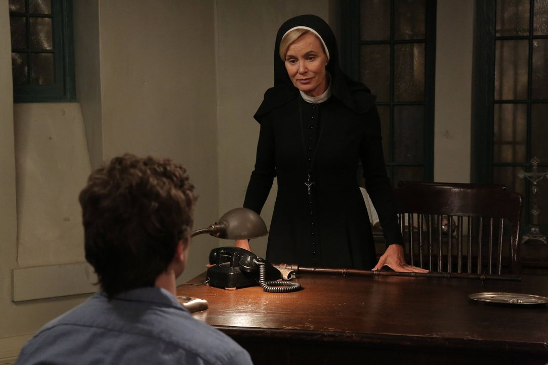 Jahr 1964: Schwester Jude Martin (Jessica Lange, r.) offenbart Kit (Evan Peters, l.), wie sie gedenkt, ihn zu bestrafen ... - Bildquelle: 2012-2013 Twentieth Century Fox Film Corporation. All rights reserved.