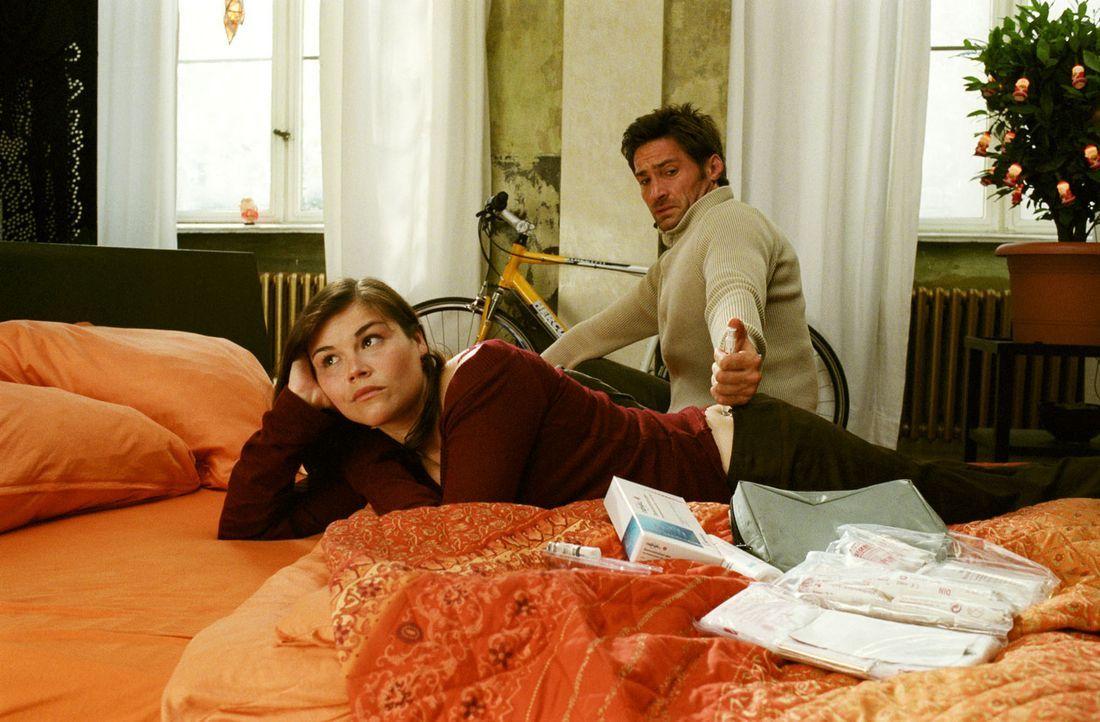 Die künstliche Befruchtung ist beschlossene Sache: Als Ehemann muss Uli (Benjamin Sadler, r.) Pia (Katharina Wackernagel, l.) Medikamente spritzen... - Bildquelle: Sat.1