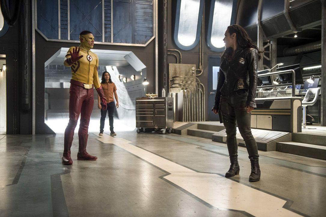 Gypsy (Jessica Camacho, r.) macht Wally alias Kid Flash (Keiynan Lonsdale, l.), Cisco (Carlos Valdes, M.), H.R. und Caitlin klar, dass sie diese Wel... - Bildquelle: 2016 Warner Bros.