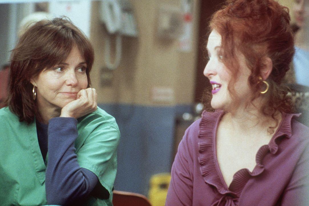 Maggie (Sally Field, l.) lauscht Judy (Jane Edith Wilson, r.), die Elvis-Songs zum Besten gibt. - Bildquelle: TM+  2000 WARNER BROS.