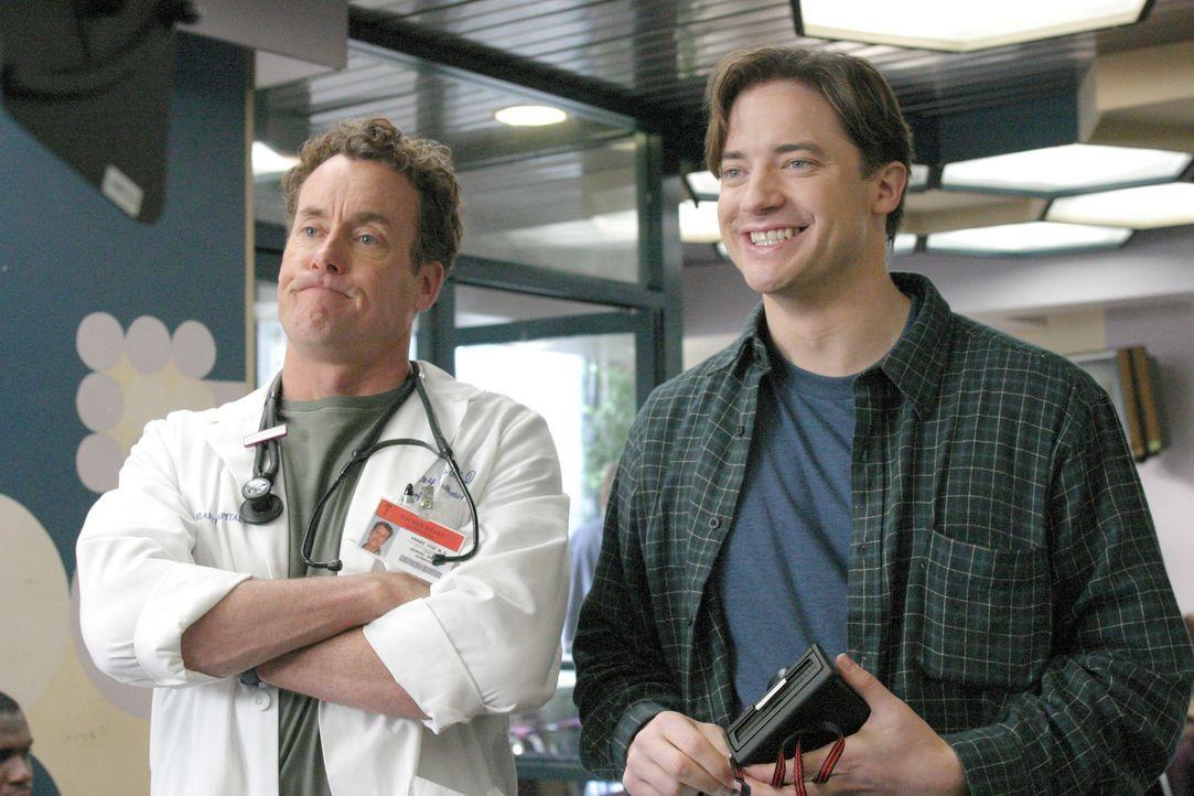 Da Ben (Brendan Fraser, r.) zwei Jahre auf Weltreise war und sich keinerlei Kontrolluntersorgungen wegen seiner Leukämieerkrankung unterzogen hat, o... - Bildquelle: Touchstone Television
